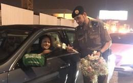 Ả Rập: Các sĩ quan cảnh sát đứng tặng hoa mừng ngày phụ nữ được phép lái xe ra đường