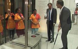 Thủ tướng Hà Lan đánh đổ cốc cà phê và cách ông xử lý khiến mọi người bất ngờ và nể phục