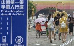 """Trung Quốc """"nhốt"""" người nghiện smartphone vào những làn đường đi bộ đặc biệt trên vỉa hè"""