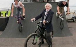 Đi đâu cũng dắt theo chó cưng, lâu lâu lại ngồi xe BMX: Những hình ảnh chứng minh Tổng thống Ireland là nguyên thủ dễ thương nhất thế giới