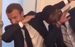 """Tổng thống Pháp Macron lại """"đốn tim"""" fan khi dab cùng Pogba trong lễ mừng công"""