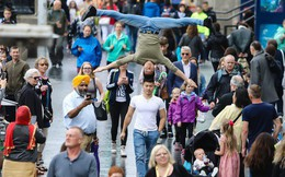Khán giả Anh trầm trồ thích thú khi Quốc Cơ - Quốc Nghiệp diễn xiếc ngay giữa đường phố