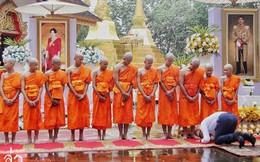 Các thành viên đội bóng Thái Lan xuống tóc vào chùa tu tập và tưởng niệm người thợ lặn đã mất