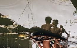 """Chùm ảnh: 1 tuần sau lũ lớn, người dân Hà Nội vẫn phải chèo thuyền đi lại giữa """"biển"""" rác thải nổi lềnh bềnh"""