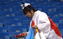 Ngưỡng mộ hình ảnh CĐV Nhật Bản vừa khóc nức nở, vừa dọn sạch rác trên khán đài