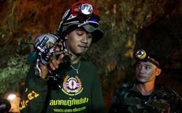 """Hai bác sĩ hải quân Thái Lan """"tình nguyện ở trong hang 4 tháng"""" cùng đội bóng mắc kẹt"""