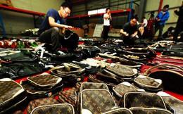 """Đối thủ đe dọa vị thế của Alibaba tại Trung Quốc bị """"sờ gáy"""" vì cáo buộc bán hàng giả"""