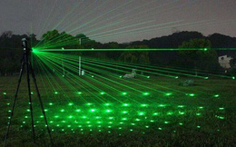 Nông dân chịu chơi thời nay đã khác: Lắp dàn laser 200 triệu múa sáng nghệ thuật chỉ để... dọa chim