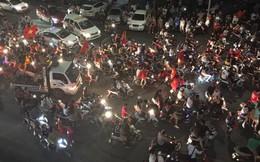 Ảnh: Cổ động viên đổ ra đường, leo nóc ô tô ăn mừng sau chiến thắng của đội tuyển Việt Nam