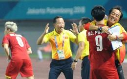 Sau khi ghi bàn thắng vàng, Công Phượng chạy tới ôm trợ lý người Hàn Quốc - Ông ấy là ai?