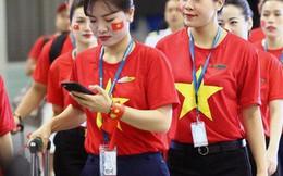 Sân bay Nội Bài nhuộm đỏ màu cờ sắc áo, hàng trăm cổ động viên lên đường sang Indonesia tiếp lửa cho đội tuyển Olympic Việt Nam