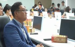 Sếp Samsung đeo băng tay đỏ cổ vũ Olympic Việt Nam
