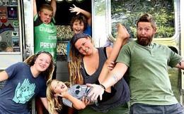 Mãi không trả hết nợ, cặp vợ chồng bán sạch nhà cửa đưa con cái lên ô tô ở, ai ngờ cuộc đời lại sang trang luôn