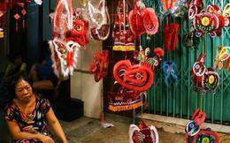"""Chủ các gian hàng ở phố lồng đèn Sài Gòn than trời vì... ế: """"Khách chen chúc để chụp hình chứ không ai mua"""""""