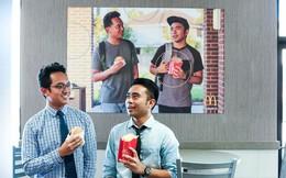 Hai anh chàng treo ảnh của chính mình trong quán McDonald gần hai tháng mà không ai phát hiện vừa được chính McDonald cảm ơn và tặng 50.000 USD