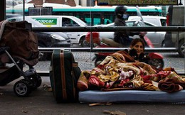 Một Paris rất khác: Không có ánh hào quang hoa lệ, người vô gia cư sống vạ vật, lay lắt trên những con phố bẩn thỉu ngập ngụa rác