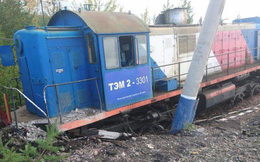 Đầu máy xe lửa 'ma' đâm bẹp rúm ô tô trắng