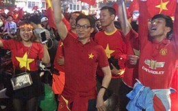 Phó Thủ tướng Vũ Đức Đam hoà vào dòng người chúc mừng đội tuyển U23 Việt Nam giành vé vào chung kết