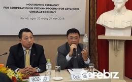 Sếp Coca-Cola bóp nát chai nhựa, thể hiện nỗ lực bảo vệ môi trường Việt Nam