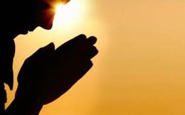 """""""Bàn tay cầu nguyện"""" và câu chuyện hy sinh để người khác thành công: Liệu đây là một việc làm ngu ngốc hay đáng được trân trọng?"""