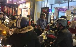 """Black Friday: Nhiều tuyến phố """"thất thủ"""", quần áo bán đại hạ giá 20.000 đồng/chiếc"""