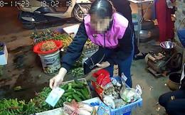 """Dân mạng sốc khi xem đoạn clip khách mua rau """"làm xiếc"""" biến tiền 500k thành 20k, chị bán hàng tiết lộ thêm nhiều điều bất ngờ"""