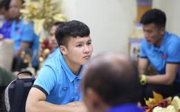 ĐT Việt Nam gặp sự cố khi vừa đến Philippines, cầu thủ mệt mỏi chờ đợi tại sân bay