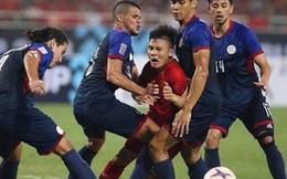 Một, hai... rồi bốn cầu thủ Philippines cũng chẳng ngăn được Quang Hải tỏa sáng
