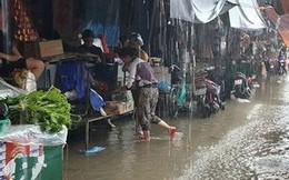 """Chợ Vinh """"thất thủ"""", tiểu thương đội mưa vớt hàng trôi nổi"""