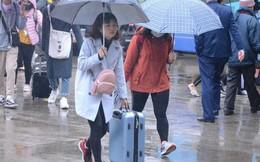 Hà Nội: Mưa rét 14 độ C, người dân vẫn lỉnh kỉnh đồ đạc đổ ra các bến xe để về quê nghỉ Tết dương lịch