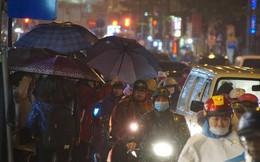 Đường phố Hà Nội tắc cứng trong chiều mưa rét cuối năm