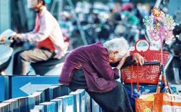 Hình ảnh cụ bà lưng còng gục đầu bên gánh hàng rong giữa ngã tư Hà Nội khiến nhiều người xót xa