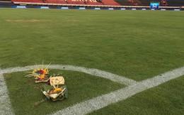 Chủ nhà Indonesia đặt hoa cúng trên sân vận động ngay trước giờ đấu tuyển Việt Nam