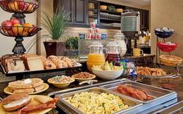 Tại sao các khách sạn thường phục vụ bữa sáng buffet miễn phí cho khách? Như vậy là họ lỗ hay lời?