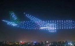 Video: Mãn nhãn màn tạo hình 'máy bay ma' từ 800 thiết bị bay không người lái