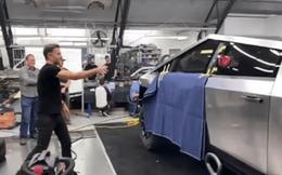 Sự cố ném nứt kính xe Cybertruck là tai nạn đấy, không tin thì cứ xem cách Tesla thử nghiệm là biết