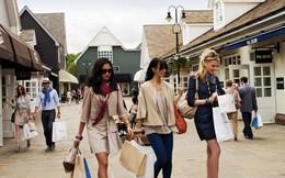 Ít người biết ở Anh, Mỹ có cả một ngôi làng châu Âu 'giả' để bán Dior, Prada, Gucci,... cho khách hàng du lịch Trung Quốc