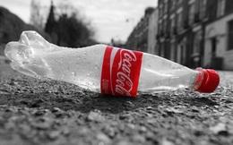 """Coca-Cola là """"thủ phạm"""" gây ô nhiễm rác thải nhựa nhiều nhất thế giới, nhiều hơn tổng rác nhựa của Nestle, PepsiCo và Mondelez cộng lại"""
