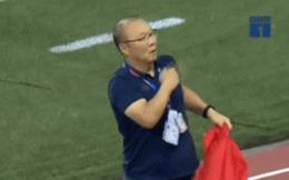 Xúc động hình ảnh HLV Park Hang-seo đặt tay lên trái tim, giơ cờ Việt Nam ăn mừng vô địch SEA Games