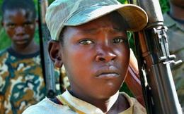 Trong khi cả thế giới mừng Giáng Sinh, hàng triệu trẻ em vẫn phải cầm súng thay người lớn