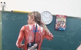 Để học sinh hiểu rõ các bộ phận cơ thể người, cô giáo mặc nguyên bộ đồ in hình nội tạng đi dạy