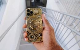 Đập hộp chiếc iPhone đắt nhất thế giới: dát vàng 24-carat, đính kèm 137 viên kim cương, tặng kèm Airpods Pro