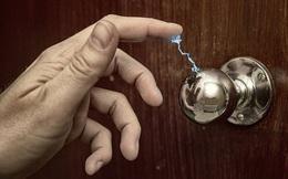"""Cứ vào mùa đông là có hiện tượng """"điện giật"""" tanh tách khi chạm vào đồ vật kim loại: Hóa ra đây là nguyên nhân!"""