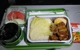 Suất ăn của Bamboo Airways được khen vừa ngon vừa đầy đặn, nhưng bánh mì pate lại bị chê tơi tả