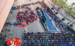 Nhân viên Tencent xếp hàng chờ qua đêm để nhận lì xì khoảng hơn 300.000 đồng từ CEO Pony Ma