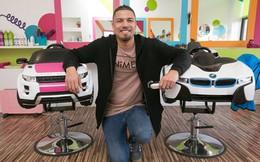Chiều con trai, ông bố trẻ bỏ việc ngân hàng mở tiệm cắt tóc dành riêng cho các em bé, thu nhập tăng gấp 20 lần thời làm nhân viên nhà băng