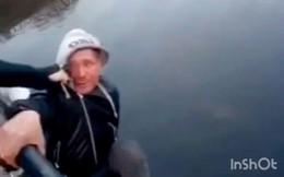 2 thanh niên nghịch dại đẩy người đàn ông lạ mặt xuống sông 'chỉ để cho vui', ai ngờ lại mang đến kết cục đau đớn