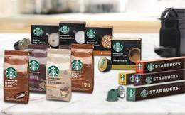 Mọi người đang uống Starbucks bên ngoài cửa hàng Starbucks nhiều hơn và có một công ty khác đang hạnh phúc với điều này