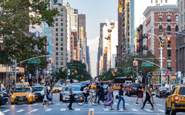 New York xem xét dự luật cấm dùng điện thoại nhắn tin khi đi bộ