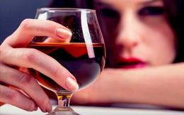 Khoa học chứng minh: Phải cố tỏ ra vui vẻ ở nơi làm việc có thể khiến bạn bị nghiện rượu